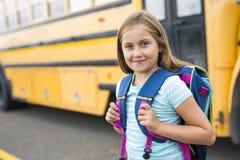 Dziewięć lat dziewczyny uczeń przy szkołą Zdjęcie Royalty Free
