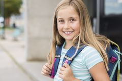 Dziewięć lat dziewczyny uczeń przy szkołą Fotografia Stock
