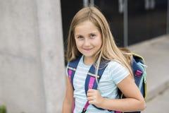Dziewięć lat dziewczyny uczeń przy szkołą Fotografia Royalty Free