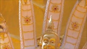 Dziewięć przewodzili wielką Naga rzeźbę z złotą Buddha statuą przy wata Rai-Khing świątynią zdjęcie wideo