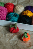 Dziewiarscy pumkins z piłkami przędza w pudełku Obrazy Royalty Free