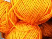 Dziewiarska wełna i woolen piłka jako pojęcie hobby i twórczość handmade - Barwiona wełny nić w piłce dla tła fotografia royalty free