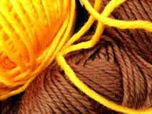 Dziewiarska wełna i woolen piłka jako pojęcie hobby i twórczość handmade - Barwiona wełny nić w piłce dla tła zdjęcia stock