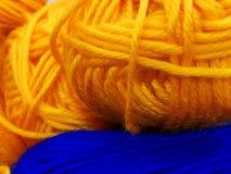 Dziewiarska wełna i woolen piłka jako pojęcie hobby i twórczość handmade - Barwiona wełny nić w piłce dla tła obraz royalty free