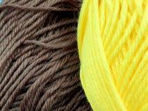 Dziewiarska wełna i woolen piłka jako pojęcie hobby i twórczość handmade - Barwiona wełny nić w piłce dla tła obrazy royalty free
