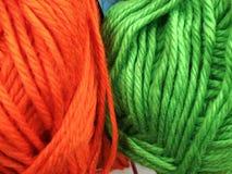 Dziewiarska wełna i woolen piłka jako pojęcie hobby i twórczość handmade - Barwiona wełny nić w piłce dla tła obraz stock