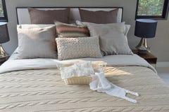 Dziewiarski kosz na ciepłej klasyka stylu pościeli z wiele tekstura poduszki Obrazy Stock