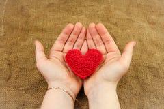 Dziewiarski serce w rękach Zdjęcia Royalty Free
