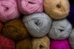 Dziewiarski wzór kolorowa przędzy wełna na shopfront Obraz Royalty Free