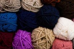 Dziewiarski wzór kolorowa przędzy wełna na shopfront Zdjęcie Stock