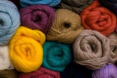 Dziewiarski wzór kolorowa przędzy wełna na shopfront Fotografia Royalty Free
