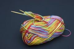 Dziewiarskie igły i melange tęczy multicolor bawełniana przędza Obraz Royalty Free