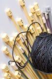 Dziewiarskie igły z przędzą Zdjęcie Royalty Free