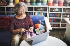Dziewiarskiej dzianiny przędzy uszycia rzemiosła szalika Igielny pojęcie Obrazy Royalty Free