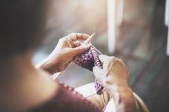 Dziewiarskiej dzianiny przędzy uszycia rzemiosła szalika Igielny pojęcie Zdjęcie Royalty Free