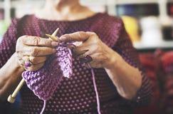 Dziewiarskiej dzianiny przędzy uszycia rzemiosła szalika Igielny pojęcie Obraz Royalty Free