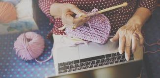 Dziewiarskiej dzianiny przędzy uszycia rzemiosła szalika Igielny pojęcie Zdjęcie Stock