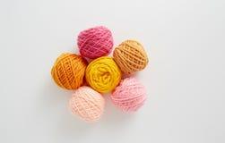 Dziewiarskiej przędzy piłki w menchiach i żółtym brzmieniu Zdjęcia Royalty Free