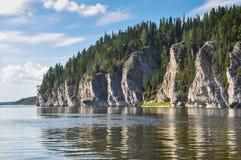 Dziewicy Komi lasy, sceniczne falezy na tajgi rzece Shchugor zdjęcie stock