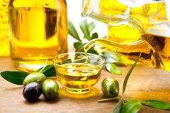 Dziewiczy oliwa z oliwek dolewanie w pucharze Zdjęcie Stock