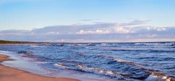 Dziewiczy panoramiczny seascape z chmurami i małymi fala w morzu bałtyckim Fotografia Royalty Free