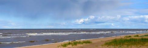 Dziewiczy panoramiczny seascape z chmurami i małymi fala w morzu bałtyckim Zdjęcie Royalty Free