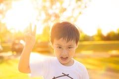 Dzika I Szalona chłopiec Robi twarzy Patrzeje kamerę zdjęcie stock