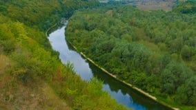 Dzika naturalna meandering rzeka wśród łąk i lasów _ Zdjęcia Royalty Free