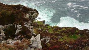 Dzika ocean woda przy Fogher falezami w Irlandia zbiory wideo
