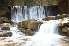 Dzika siklawa w Polskich górach Rzeka z kaskadami Zdjęcie Royalty Free