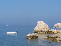 Dzika skalista plaża w Chorwacja z małą łódką zdjęcia royalty free
