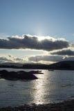 Dziki atlantycki sposób Ireland z zimnym zmierzchem Fotografia Stock