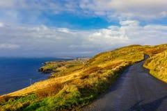 Dziki Atlantycki sposób na koszcie w pięknej scenerii i dramatycznym niebie obrazy royalty free