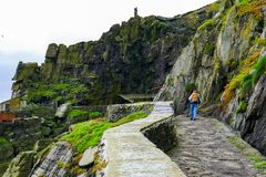 Dziki Atlantycki sposób: Pielgrzymi spacery od desantowej zatoczki kamienny schody zobowiązywać się skrytobójczą Skellig Michael  fotografia royalty free