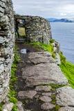Dziki Atlantycki sposób: Wejście monaster ziemie, Skellig Michael, konserwujący antyczny Irlandzki Chrześcijański monaster zdjęcie stock