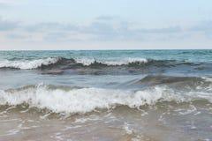 Dziki b??kitny burzowy morze na Crete obraz stock