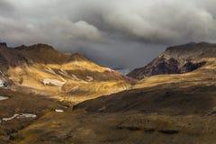 Dziki krajobraz z nieżywymi powulkanicznymi skałami Obraz Stock