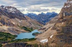 Dziki krajobrazowy pasmo górskie i jezioro widok, Alberta, Kanada Zdjęcie Royalty Free
