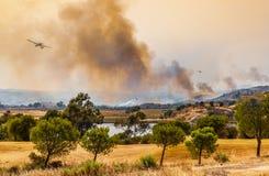 Dziki ogień brać się do samolot wody bombowiec Obrazy Royalty Free