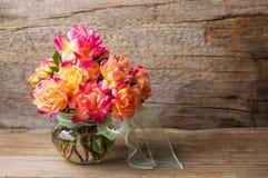 Dziki róża bukiet w szklanej wazie zdjęcie stock