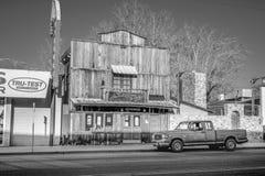 Dziki Zachodni bar w historycznej wiosce Samotna sosna MARZEC 29, 2019 - SAMOTNY SOSNOWY CA, usa - zdjęcia stock