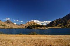 Dziki zachodu krajobraz, błękitny jezioro, suche góry, sawanny, pustyni ziemia zdjęcia stock
