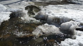 Dzikich zatoczki katarakty wodnego lodu błyskawicznych sopli piękny światło słoneczne zdjęcie wideo