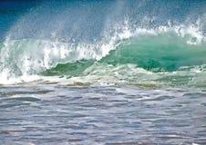 Dzikie fale w morzu podczas burzy obraz stock