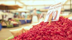 Dzikie truskawki na rynku przy dużym i zatłoczonym bazarem w mieście Lokalizować w Bostanli, Karsiyaka zdjęcie wideo
