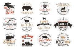 Dzikie zwierzę odznaki ustawiać i wielkie outdoors aktywności insygnie Retro ilustracja zwierzęce odznaki Typograficzny camping royalty ilustracja