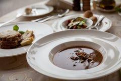 Dzikiego knura goulash polewka i Breaded oberżyna zdjęcia stock