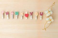 Dziękuje ciebie słowo clothesline z prezentów pudełkami na drewnianym backgrou Obrazy Stock