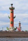 Dziobowa kolumna na Vasilyevsky wyspie wewnątrz może dzień w St Petersbur Obrazy Stock