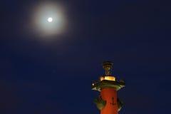 Dziobowa kolumna przy nocą katedralny Isaac cupola Petersburg Rosji jest święty st Zdjęcie Stock
